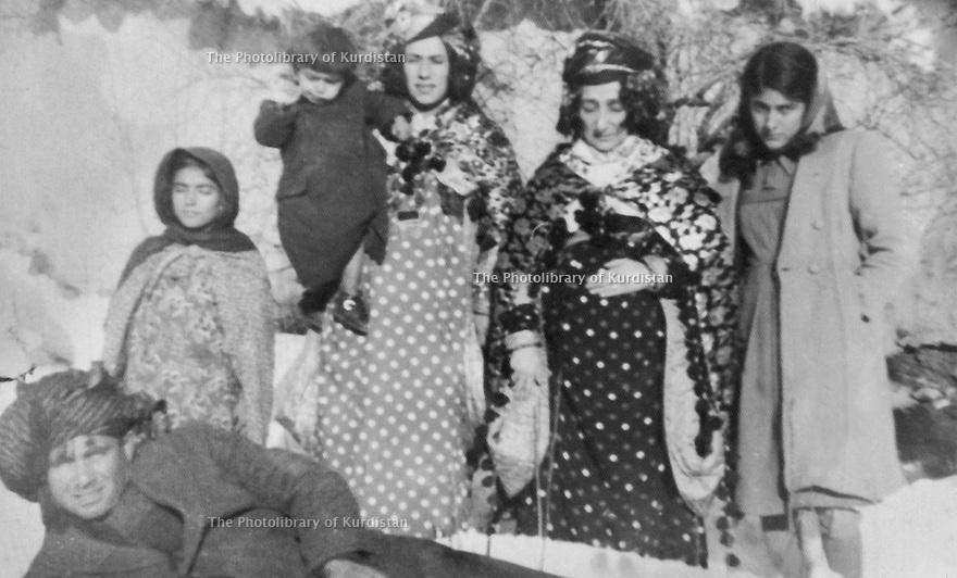 Iraq 1950.Suleimania: In the house of Kak Ahmed Sheikh, February 8th 1950, second from right, Hafsa Khan, left, the wife of Drakhshan's uncle  .Irak 1950 .Souleimania: Dans la maison de kak Ahmed Sheikh, le 8 fevrier 1950, deuxieme a droite, Hafsa Khan et a sa gauche, la femme de l'oncle de Drakhshan