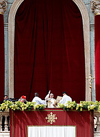 "Papa Francesco benedice i fedeli durante il suo messaggio ""Urbi et Orbi"" (alla città e al mondo) dalla loggia centrale della Basilica di San Pietro. Città del Vatican, 1 aprile 2018.   <br /> Pope Francis blesses the faithful during his ""Urbi et Orbi"" (to the city and the world) message from the balcony overlooking St. Peter's Square at the Vatican, on April 1, 2018.<br /> UPDATE IMAGES PRESS/Isabella Bonotto<br /> <br /> STRICTLY ONLY FOR EDITORIAL USE"