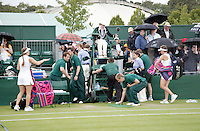 29-6-07,England, Wimbldon, Tennis, Michaella Krajicek en Anna Chakvetadze maken dat ze wegkomen als een  regenbui losbarst