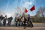 Abrite derriere un bouclier improvise, un manifestant lance une pierre sur les forces de l'ordre  avant la manifestation du 4 avril 2009 a Strasbourg contre le sommet de l'OTAN. Le pont Vauban sera le theatre de violents accrochages pendant plus de 2 heures, la police repondant par des grenades lacrymogenes et assourdissantes aux jets de projectiles (pierres, bouteilles, cocktails molotov)..Credit;Hughes Leglise-Bataille/Julien Muguet/face to face