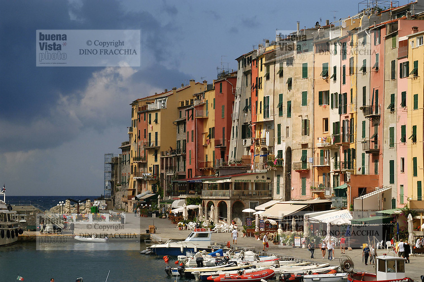 - general sight of the village and tourist port....- panoramica del paese e porto turistico