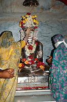 Indien, Bombay (Mumbai), Gläubige vor der Statue eines Tirthankar = Furtbereiter im Jaintempel