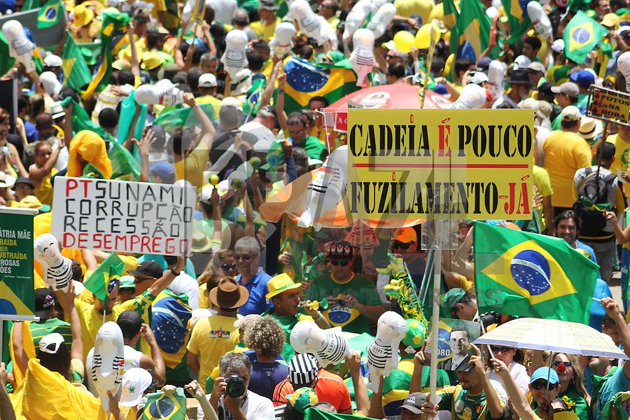 RECIFE,PE, 13.03.2016 - PROTESTO-DILMA - Manifestantes contrários ao governo Dilma Rousseff durante ato pelo impeachment da presidente na Avenida Boa Viagem, zona sul do Recife (PE), neste domingo (13). (Foto: Rodrigo Baltar/Brazil Photo Press)