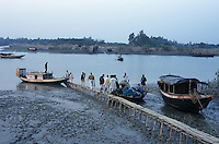 INDIA, Westbengal, Sundarbans, dyke for flood protection in ganga delta / INDIEN Westbengalen, Deich als Hochwasserschutz in den Sunderbans