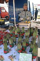 - Milan, street market in the Gratosoglio district....- Milano, mercato rionale nel quartiere Gratosoglio