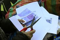 Roma, 17 febbraio 2011 Manifestazione  Robin Hood tax 005. Tiro alla fune in piazza Montecitorio tra speculatori e società civile. Global day of action for financial transaction tax.I partecipanti si preparano.....