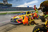 #18: Kyle Busch, Joe Gibbs Racing, Toyota Camry M&M's Red Nose Day makes a pit stop, Sunoco