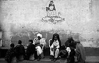 11.2010 Pushkar (Rajasthan)<br /> <br /> Men with young children drinking sitting in a tea shop.<br /> <br /> Hommes avec de jeunes enfants assis dans un thé shop.