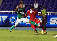 CALI -COLOMBIA-08-05-2013. Victor Giraldo del Cali disputa el balón con Yamilson Rivera del América durante partido de la fecha 8 de la Copa Postobón I-2013 en el estadio Pacual Guerrero./ Victor Giraldo of Cali fights for the ball with Yamilson Rivera of America during match of the 8th date of Postobon Cup I-2013 at Pascual Guerrero stadium. Photo: VizzorImage/Juan C. Quintero/STR