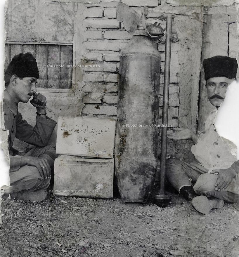 Iraq 1924  .The bombing of Suleimania, on march 25th, by the British force: 2 Kurdish officers near a British bomb  .Irak 1924   .Le 25 mars, bombardement de Souleimania par les Anglais: 2 officiers kurdes a cote d'une bombe anglaise tombee sur la ville