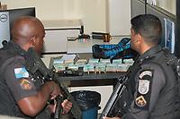 Rio de Janeiro (RJ), 15/03/2021 - Policia - Assalto na porta do Banco Itaú na Vila da Penha na zona norte do Rio de Janeiro (RJ), deixa um cliente ferido que foi socorrido levado para hospital Getulio Vargas na Penha. O cliente estava chegando ao banco para fazer um deposito de R$ 130 mil quando os assaltantes chegaram e anunciaram o assalto, um cliente que passava pelo local estava armado e ouve uma grande trocas de tiros. um assaltante preso pelos policiais militares do 41BPM o assaltante e conduzido para 27DP Vila da Penha e o dinheiro recuperado.