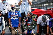 #30: Takuma Sato, Rahal Letterman Lanigan Racing Honda kisses the bricks with David Letterman and Bobby Rahal