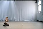L APRES MIDI....Choregraphie : HOGHE Raimund..Compagnie : CIE RAIMUND HOGHE..Avec :..EGGERMONT Emmanuel....Avec :..Collaboration artistique:SCHULTE Luca Giacomo..Lieu : Cour des Ursulines..Cadre : Festival Montpellier Danse 2008..Ville : Montpellier..Le : 01 07 2008..© Laurent PAILLIER / photosdedanse.com