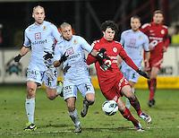 KV Kortrijk - KV Mechelen : duel om de bal tussen Gertjan De Mets (rechts) en Alessandro Cordaro.foto VDB / BART VANDENBROUCKE