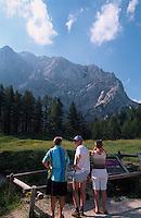 Slowenien, Triglav-Gebirge, Wanderer an der Vrsic-Pass-Strasse