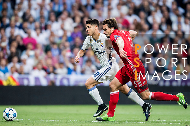 Marco Asensio Willemsen (l) of Real Madrid battles for the ball with Mats Hummels of FC Bayern Munich during their 2016-17 UEFA Champions League Quarter-finals second leg match between Real Madrid and FC Bayern Munich at the Estadio Santiago Bernabeu on 18 April 2017 in Madrid, Spain. Photo by Diego Gonzalez Souto / Power Sport Images