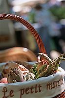 Europe/France/Languedoc-Roussillon/30/Gard/Uzès: Panier de produit de saison un jour de marché sur la place aux Herbes - Asperge, artichaut, pêche