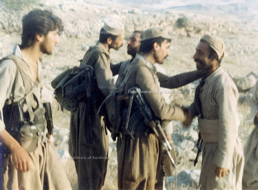 Iraq 1989 .The relief of peshmergas in Zarda Likao , district of Kalar , on the 28th of june, Mahmoud Sangawy in the middle meeting sheikh Kerim Tchaoresh .Irak 1989 .La releve des peshmergas dans la region de Kalar a Zarda Likao le 28 juin, Mahmoud Sangawy rencontrant Sheikh Kerim Tchaoresh