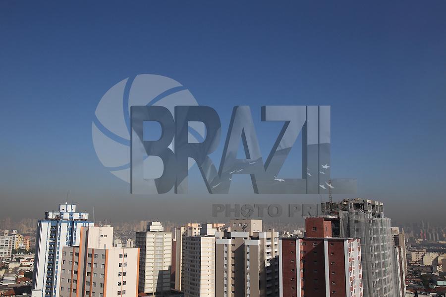 SÃO PAULO, SP, 02/07/2013 - POLUIÇÃO/CLIMA/SAO PAULO - Camada de poluição é vista na manha desta sexta-feira a partir do bairro da Mooca regiao leste da cidade de Sao Paulo.(Foto: Luiz Guarnieri/Brazil Photo Press)