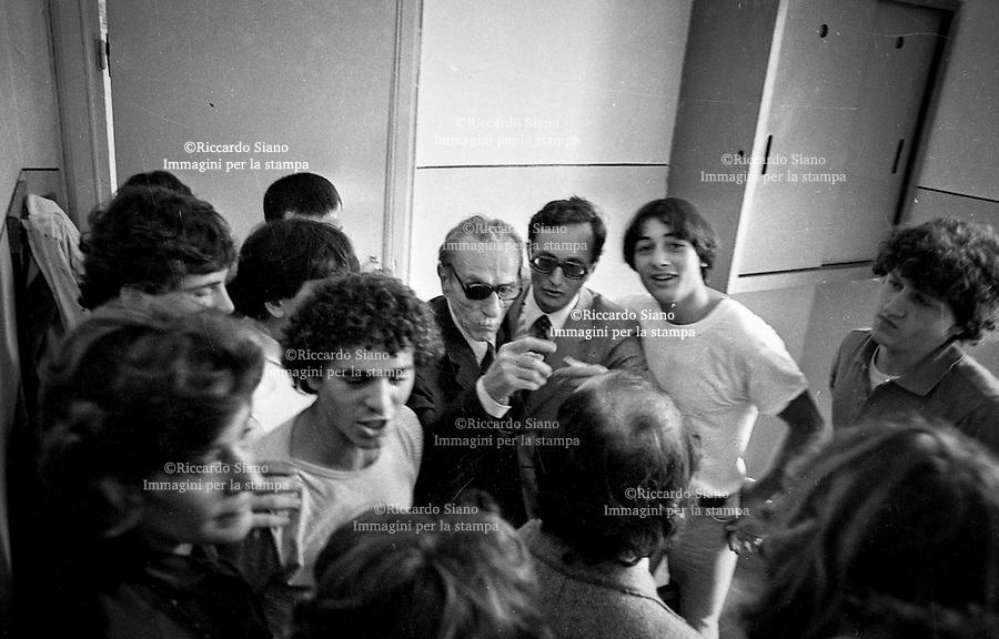 - NAPOLI 22 OTT 2014 -  12 ottobre 1981 Eduardo De Filippo in visita al carcere minorile Filangieri