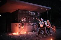 BOGOTA - COLOMBIA, 10-09-2020: Manifestantes tratan de destruir el CAI de Villa Luz durante el segundo día de protestas causadas por el asesinato del abogado Javier Ordoñez, abogado de 46 años, a manos de efectivos de la Policía de Bogotá el pasado miércoles 09 de septiembre de 2020 en el barrio Villa Luz al noroccidente de Bogotá (Colombia). En lo que va corrido del 2020 la alcaldía de Bogotá ha recibido 137 denuncias  de abuso policial de las cuales la Policía acusa recibido de 38.  / Protesters try to destroy the CAI Villa Luz during the second day of protests caused by the murder of lawyer Javier Ordoñez, a 46-year-old lawyer, at the hands of members of the Bogotá Police on Wednesday, September 9, 2020 in Villa Luz neighborhood in the northwest of Bogotá (Colombia). So far in 2020 the Bogotá mayor's office has received 137 complaints of police abuse of which the Police accuse they have received 38. Photo: VizzorImage / Alejandro Avendaño / Cont