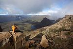 Crumbling dolerite columns define most of the Overland's shadowing peaks. top target for mot walkers is 1617 m Mt Ossa, Tasmania's highest point which is accessible in fair weather via a steep side-track.....Sommet du  Mont Ossa (1617 m) point culminant de la Tasmanie. colonnes de dolérites, c'est l'un des liens géologiques entre la Tasmanie et l'Antarctique, une roche formée il y a170 millions d'années quand le supercontinent Gondwana a commencé à se fracturer.