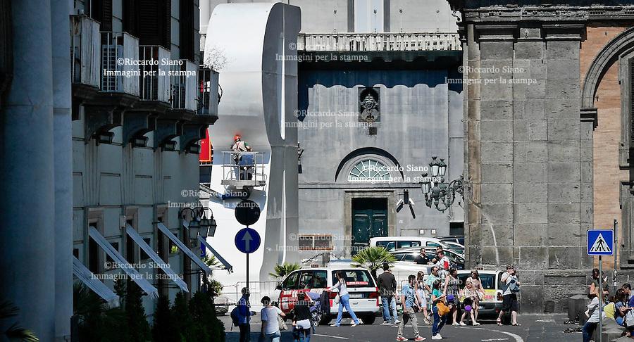 - NAPOLI 2 GIU  2014 -  piazza Trieste e Trento per l'installazione della grande R, simbolo del festival Repubblica delle Idee, che si svolgerà dal 5 all'8 giugno. La grande R in vetroresina è alta 12 metri, larga 9 e profonda 3 e mezzo