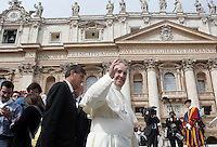 Papa Francesco saluta i fedeli al termine dell'udienza generale del mercoledi' in Piazza San Pietro, Citta' del Vaticano, 9 settembre 2015.<br /> Pope Francis waves to the faithful at the end of his weekly general audience in St. Peter's Square at the Vatican, 9 September 2015.<br /> UPDATE IMAGES PRESS/Isabella Bonotto<br /> <br /> STRICTLY ONLY FOR EDITORIAL USE