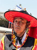 Wächter Soonradoon in traditioneller Kleidung beim Nordtor Hwaseomun der Festung von Suwon, Provinz Gyeonggi-do, Südkorea, Asien, Unesco-Weltkultueerbe<br /> Guard Soonradoon in traditional uniform near northgate Hwaseomun of fortress Hwaseong, Suwon, Province Gyeonggi-do, South Korea Asia, UNESCO World-heritage