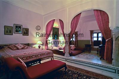 India, Rajasthan, Samode: Samode Palace (Palace Hotel), interior of guest room | Indien, Rajasthan, Samode: Samode Palace (Palace Hotel), Gaestezimmer
