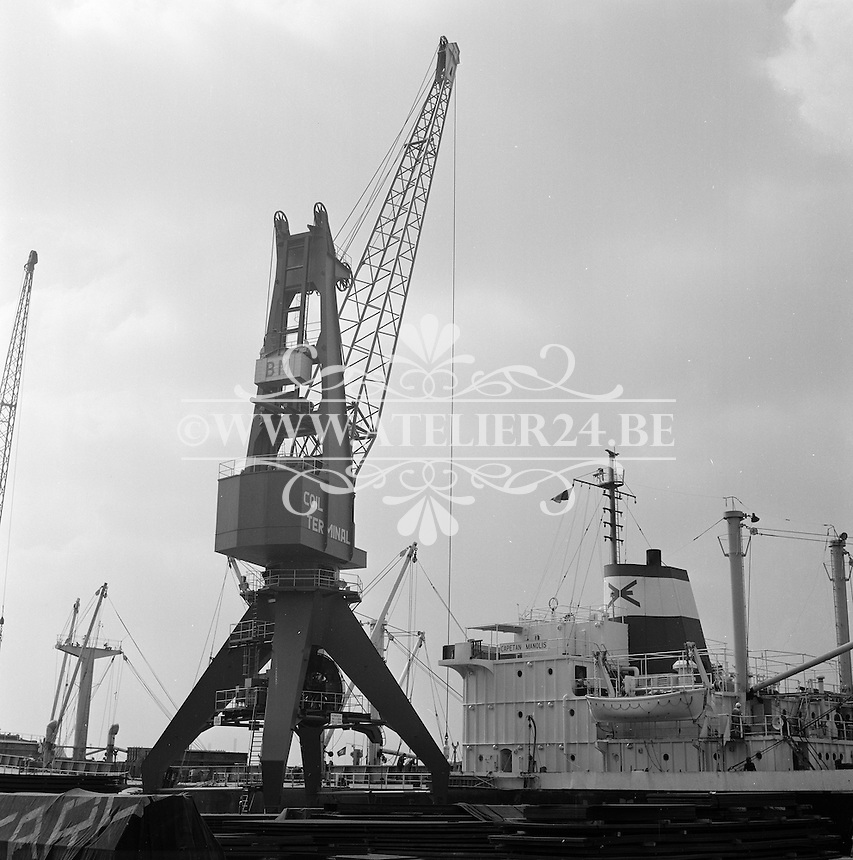 April 1974. Hessenatie in de haven van Antwerpen.
