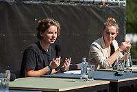 Pressekonferenz nach einem Treffen der Fridays for future-Aktivistinnen Greta Thunberg aus Schweden und Luisa Neubauer aus Deutschland mit Bundeskanzlerin Angela Merkel am Donnerstag den 20. August 2020.<br /> Im Bild vlnr.: Anuna de Wever, (Belgien); Adelaide Charlier (Belgien).<br /> 20.8.2020, Berlin<br /> Copyright: Christian-Ditsch.de<br /> NUR FUER REDAKTIONELLE ZWECKE! Werbung nur auf Anfrage beim Fotografen. [Inhaltsveraendernde Manipulation des Fotos nur nach ausdruecklicher Genehmigung des Fotografen. Vereinbarungen ueber Abtretung von Persoenlichkeitsrechten/Model Release der abgebildeten Person/Personen liegen nicht vor. NO MODEL RELEASE! Don't publish without copyright Christian-Ditsch.de, Veroeffentlichung nur mit Fotografennennung, sowie gegen Honorar, MwSt. und Beleg. Konto: I N G - D i B a, IBAN DE58500105175400192269, BIC INGDDEFFXXX, Kontakt: post@christian-ditsch.de<br /> Bei der Bearbeitung der Dateiinformationen darf die Urheberkennzeichnung in den EXIF- und  IPTC-Daten nicht entfernt werden, diese sind in digitalen Medien nach §95c UrhG rechtlich geschuetzt. Der Urhebervermerk wird gemaess §13 UrhG verlangt.]