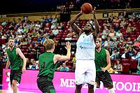 GRONINGEN - Basketbal, Donar - Groen Uilen, voorbereiding seizoen 2021-2022, 21-08-2021,  Donar speler Lotanna Nwogbo legt aan voor driepunter
