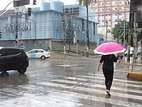 Recife (PE), 24/03/2021 - Clima-Recife - Pedestres enfrentam chuva na manhã desta quarta-feira (24) no centro de Recife.