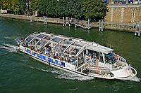 Navegação no Rio Sena em Paris. França. 2008. Foto de Ricardo Azoury.