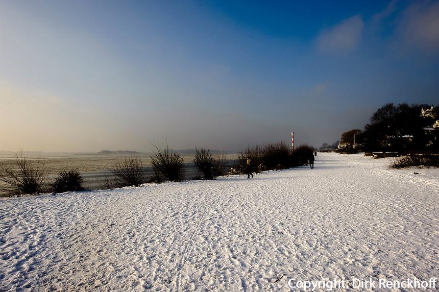 Deutschland, Hamburg, Blankenese, verschneites Ufer der Elbe