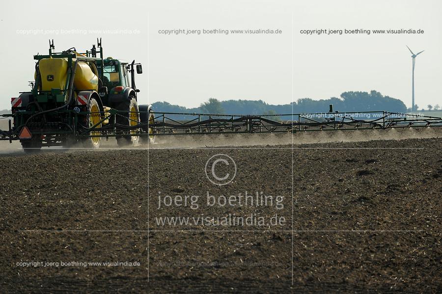 GERMANY, Saxonia, spraying of herbicide Monsanto round-up with John Deere tractor and equipment / DEUTSCHLAND, Sachsen, Verspruehung von Herbizid mit Glyphosat auf einem Feld