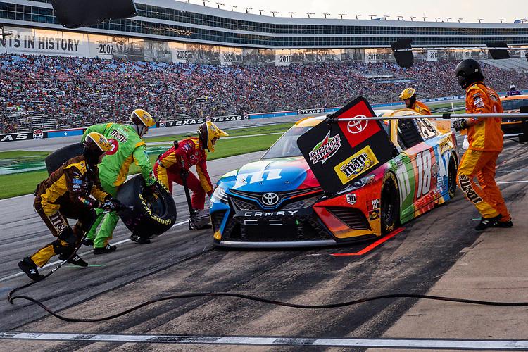 #18: Kyle Busch, Joe Gibbs Racing, Toyota Camry M&M's Summering pit stop