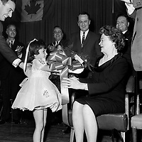 - Remise d'un bouquet de fleurs a madame  Pearson , durant la<br /> Campagne electorale Liberale Federale,  <br /> le 12 octobre 1965<br /> <br /> Photo: Photo Moderne - Agence Quebec Presse<br /> <br /> NOTE : Publication dans Le Soleil 12 et 13 octobre 1965