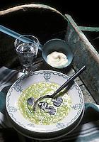 Gastronomie générale / Cuisine générale :  Potage aux poireaux , pomme de terre et truffe. - Stylisme : Valérie LHOMME