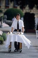 Europe/Italie/Lac de Come/Lombardie/Cernobbio : Villa d'Este (XVI°) - Service du restaurant en terrasse