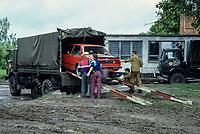 DEUTSCHLAND, Wismar, Abzug der russischen Streitkräfte, Verladung eines BMW Auto auf einen Lastwagen der Roten Armee zum Transport in die Heimat / Germany, Wismar, russian army going home, soldiers load an BMW car on truck for transport to Russia