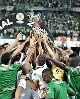BOGOTA – COLOMBIA: 27-07-2016: Los jugadores de Atletico Nacional de Colombia, levantan el trofeo como campeones de la Copa Libertadores 2016 al vencer a Independiente del Valle, en el Estadio Atanasio Girardot, de la ciudad de Medellin. / The players of Atletico Nacional of Colombia, lift the trophy as champions of the Copa Bridgestone Libertadores 2016 after beat Independiente del Valle, at Atanasio Girardot Stadium in Medellin city. Photos: VizzorImage / Luis Ramirez / Staff.