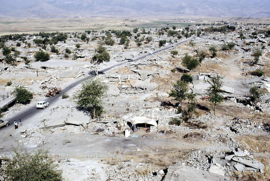 Irak 1991  Les ruines de Kala Diza, ville dynamitée par l'armee irakienne     Iraq 1991  Kala Diza, in ruins , dynamited by the Iraqi army