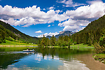 Oesterreich, Tirol, Pillerseetal, St. Ulrich am Pillersee: der Pillersee - Ausflugsziel fuer Bootfahrer, Wanderer und Radfahrer | Austria, Tyrol, Pillersee Valley, St. Ulrich at Lake Pillersee: popular destination for boating, hiking and cycling