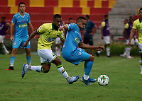 BUCARAMANGA - COLOMBIA, 07-11-2020: Daniel Restrepo de Atletico Bucaramanga y Darwin Lopez de Jaguares de Cordoba F. C. disputan el balon, durante partido entre Atletico Bucaramanga y Jaguares de Cordoba F. C., de la fecha 18 por la Liga BetPlay DIMAYOR 2020, jugado en el estadio Alfonso Lopez de la ciudad de Bucaramanga. / Daniel Restrepo of Atletico Bucaramanga and Darwin Lopez of Jaguares de Cordoba F. C. vie for the ball during a match between Atletico Bucaramanga and Jaguares de Cordoba F. C., of the 18th date for the BetPlay DIMAYOR League 2020 at the Alfonso Lopez stadium in Bucaramanga city. / Photo: VizzorImage / Jaime Moreno / Cont.