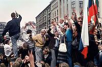 LETTLAND, 24./25.08.91.Riga.Waehrend des Anti-Gorbatschow-Putsches versuchen sowjetische Truppen, die Kontrolle ?ber Riga zu erhalten, mit dem Scheitern des Putsches gewinnt Lettland endgueltig seine Unabhaengigkeit. Ð Wenige Tage spaeter wird die Leninstatue auf dem Freiheitsboulevard gestuerzt. Die Maenner arbeiten die ganze Nacht mit ihren Schneidbrennern. Erst am Morgen wird Lenin herabgehoben und abtransportiert. Tanz auf der liegenden Statue..During the anti-Gorbachev-coup Soviet troops try to obtain control of Riga. With the failure of the coup Latvia finally regains its independence. - A few days later the Lenin statue on Liberty avenue is toppled. The men weld and cut the whole night. The morning hours see Lenin removed and taken away. Dance on the fallen statue..© Martin Fejer/EST&OST