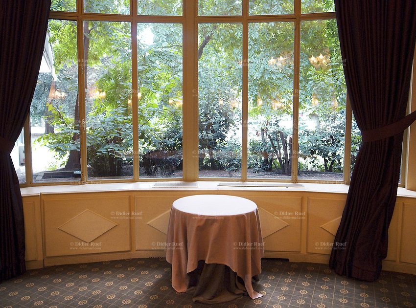 France. Department Ile-de-France. Paris. Banquet room of the deluxe restaurant Pavillon Ledoyen. View on the gardens near the Champs Elysees .13.07.2011 © 2011 Didier Ruef ..