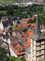 Blick von der Clingenburg auf  Klingenberg am Main mit spätgotische Kirche St. Pankratius (15.Jh., Turm 1617), Bayern, Deutschland