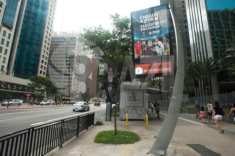 SAO PAULO, SP, 20.02.2016 - HORÁRIO-VERÃO - Relógios/termômetros da cidade avisam sobre a mudança do horário de verão que entra em vigor a partir da meia noite de hoje na avenida Paulista, nesse sábado 20. (Foto: Gabriel Soares/ Brazil Photo Press)